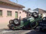 samochód po wypadku na ulicy